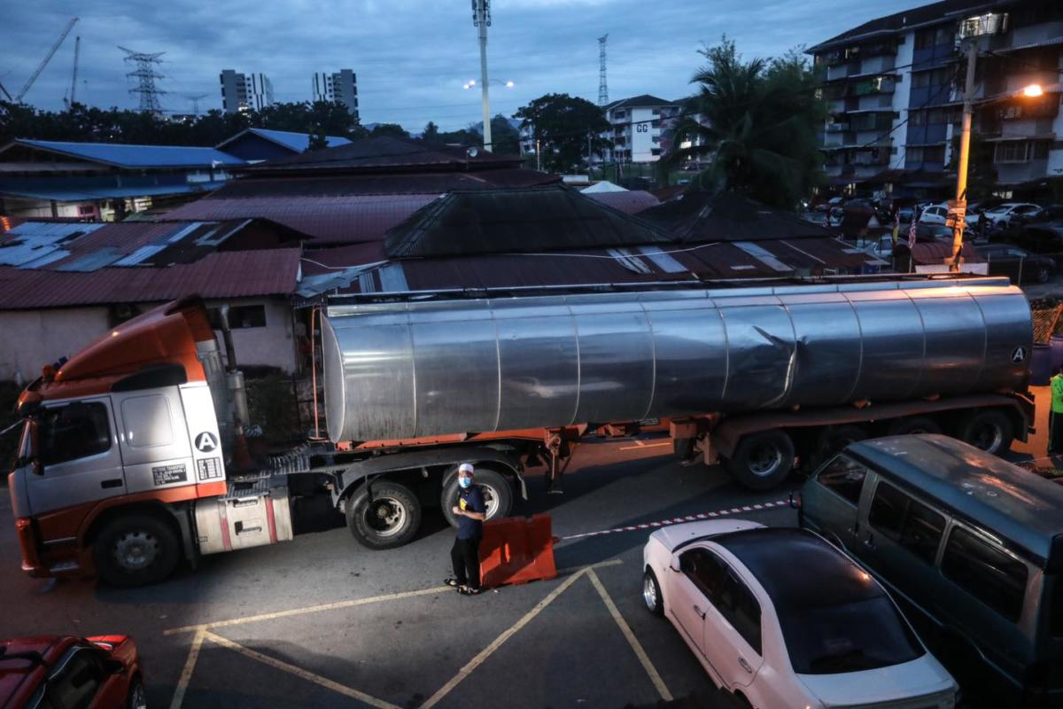 Simpati Dengan Masalah Penduduk Selangor, Ebit Liew Beli Air Dua Lori Untuk Diagihkan